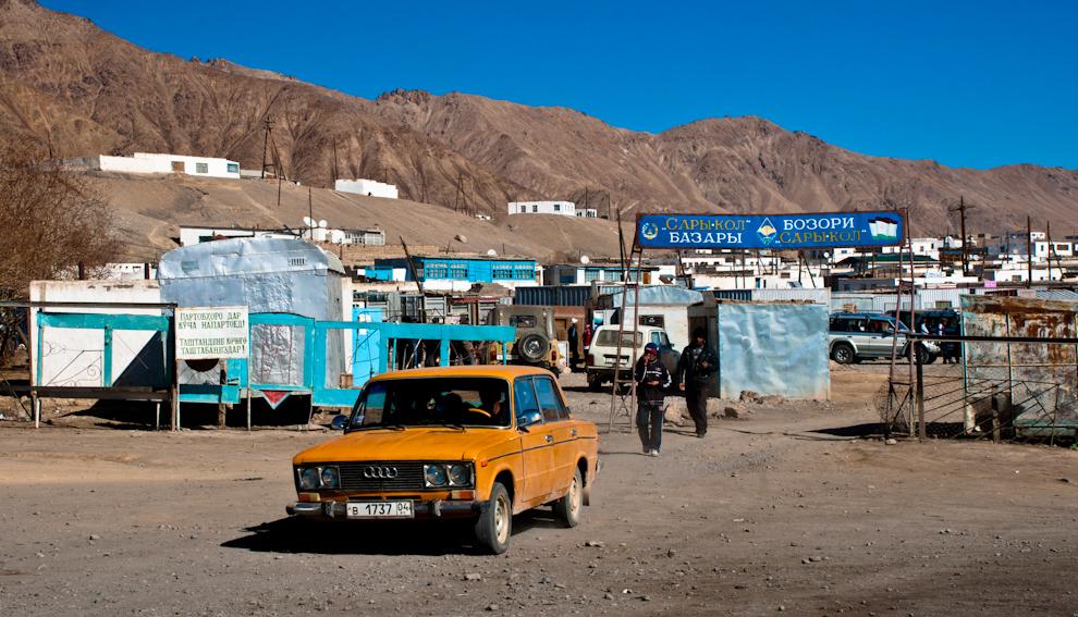 Bazar wMurghab zpamirskim Audi.