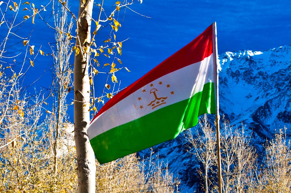 Tadżycka flaga powiewa wbardzo wielu miejscach wPamirze