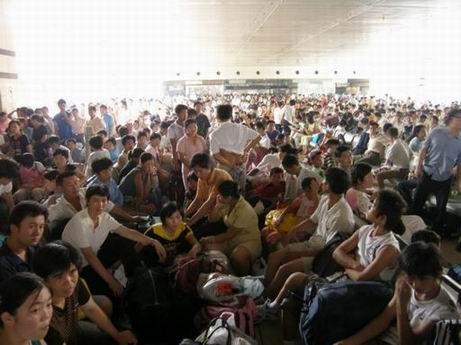 Tłum Chińczyków czekający napociąg relacji Szanghaj - Pekin