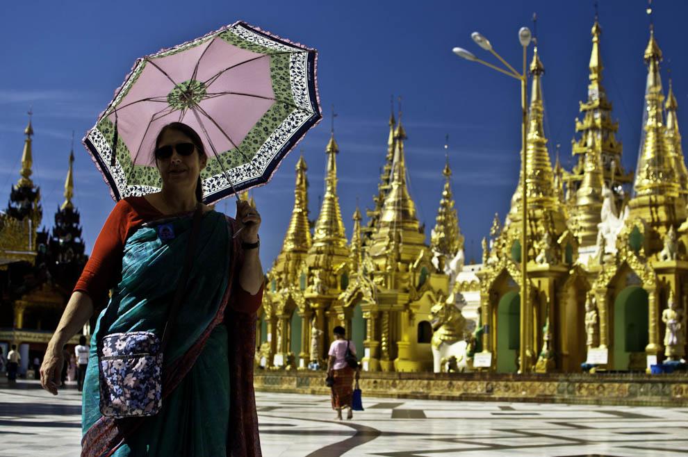 Birmanka chroniąca się przed słońcem w Shwedagon Pagoda