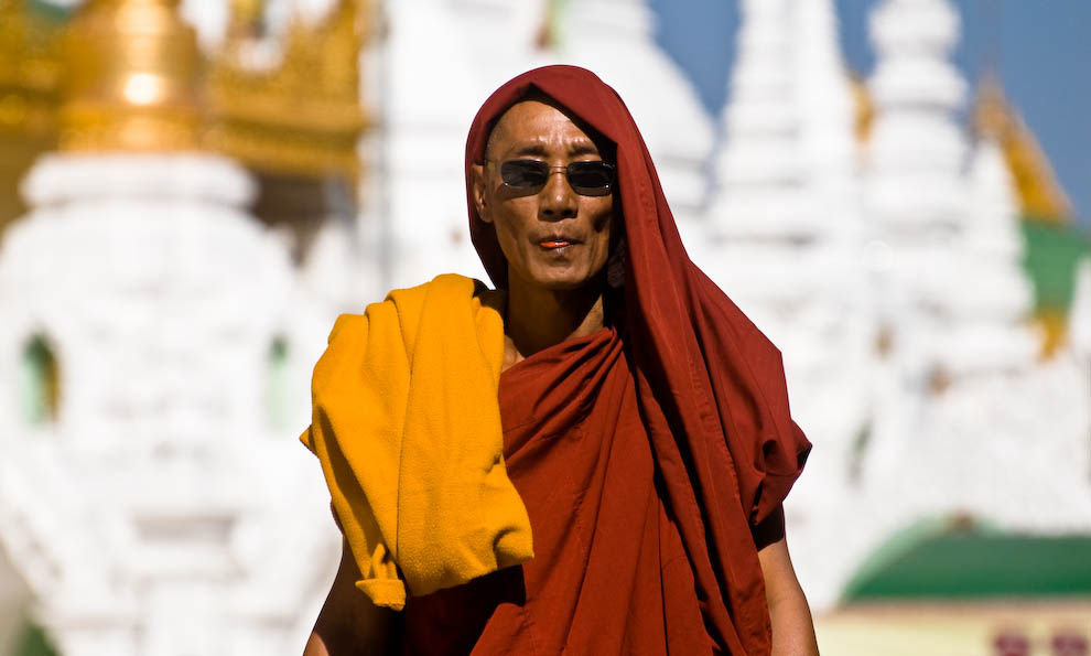 Mnich żujący betel