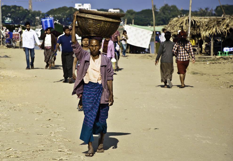 Birmanka niosąca na głowie koszyk