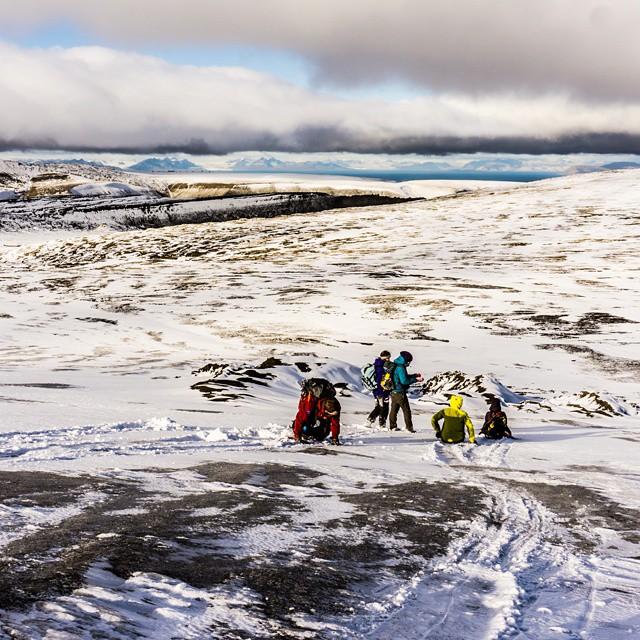 Z górki na pazurki, czyli nawet na arktycznym lodowcu jest w nas trochę z dzieci... Różnica tylko taka, że tyłki nam się potlukly dość mocno ;-) #Arctic #glacier #Spitsbergen #Svalbard #Longyearbyen #zima #travel #winter #Arktyka