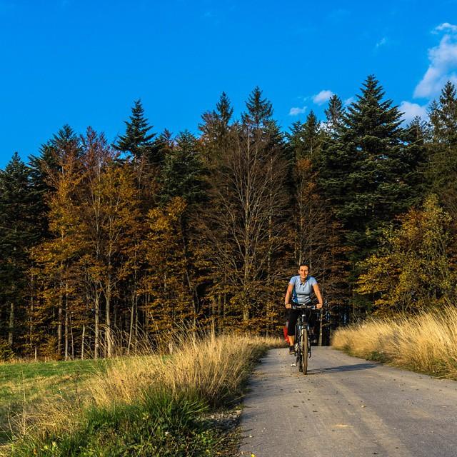 Kto powiedział,  że jesień brzydka nadeszła? Odbudowanie formy trwa w najlepsze. Niedługo kolejna podróż, a tymczasem złota polska #jesień w Beskidach :) #Beskidy #rower #podróże