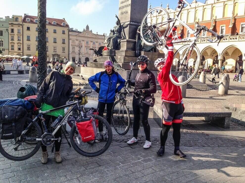 Każdy podnosi swój rower dogóry... no bezjaj! Foto byMarcin Wesołowski.