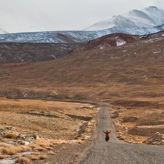 To było najprzyjemniejsze 25km zjazdu, jakie kiedykolwiek miałem przyjemność przejechać rowerem. Najpierw pot, wysiłek i kłótnia o kiełbasę pod najwyższą przełęczą #Akbaital na trasie #Pamir #Highway, a później delektowanie się wolnością i  niekończącym się pięknem Tadżykistanu. #Tadjikistan #Tadżykistan #Kirgistan #rower @meridabikes #rowery #podroze