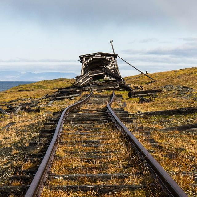 Stara węglowa linia kejowa na Spitsbergenie. Pozostałości po #ZSRR i jej ambicjach imperialnch. Więcej zdjęć z Arktyki na http://www.loswiaheros.pl/arktyka/ #Svalbard #Spitsbergen #Arktyka # CCCP #tundra  #Arctic