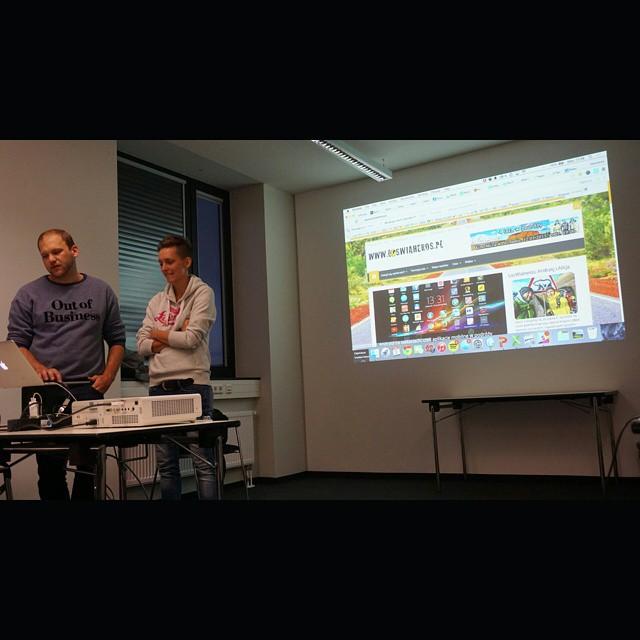 W ramach berlinskich targow #ITB odbyły się warsztaty #ITBBLOGCAMP prowadzone przez Sebastiana i Conni - dwójkę znanych blogerów niemieckch. Super było usłyszeć konstruktywną recenzję swojego bloga, bo co 20 głów to nie jedna. Nie jest źle, ale sporo ciekawych propozycji się pojawiło. Bardzo miłe i pracowite dwa dni na warsztatach wśród międzynarodowych blogerów podróżniczych. Polecam za rok skorzystać. #blog #travel #Niemcy #podroze #Germany