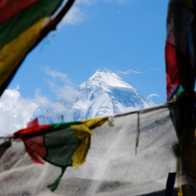 Niesamowite #Himalaje a dokładniej szczyt #Manaslu. #Nepal tuż obok #Tybetu to najlepszy wybór na podziwianie najwyższych gór świata w towarzystie buddyjskich flag modlitewnych. #Himalaya #buddyzm #Tibet #Tybet #góry #gory #podróże #Asia #Azja