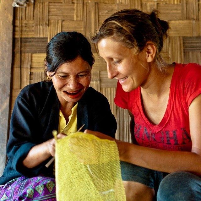 Jedno z tych miejsc w podróży, do których było dotrzeć najtrudniej - gdzieś na pograniczu #Birma i #Laos, w dżunglii, przez którą jechaliśmy rowerami przez kilka dni i gdzie zepsuła nam się kuchenka i nie mogliśmy użyć suchego jedzenia. Ta Pani na zdjęciu zgarnęła nas od razu do swojej chaty i zrobiła najlepszą jajecznicę na duszone paproci. Później, gdy już trochę doszliśmy do siebie zaczęła uczyć Alicję wypłacać koszyczki ze starych, foliowych woreczków... Więcej na dzisiejszym kolosowym spotkaniu w Dworku Białoprądnickim w #Kraków o 17:00.