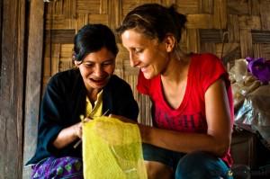 Abu uczy Alicję robótek ręcznych. Nici zrobione są zpozwijanych woreczków plastikowych.
