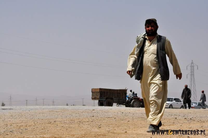 afganczycy_zmierzajacy_w_strone_custom_office_pakistan