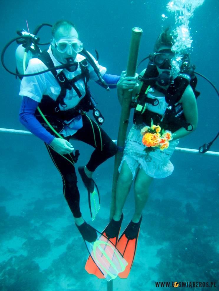Derek iAneke during underwater wedding ceremony - Guiness record in Wakatobi.