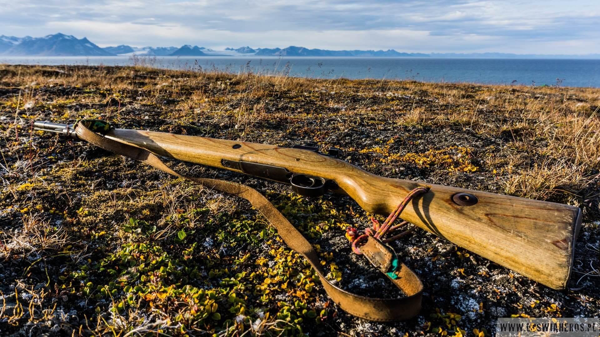Do całej frajdy z chodzeniem po Arktyce trzeba dołożyć kolejne 5-6 kilogramów na plecy. Mauser jest nieodzownym elementem każdego wyjścia za miasto, bo spotkanie niedźwiedzia jest możliwe w każdym momencie. A spotkać chcemy go tylko wtedy, gdy jesteśmy bezpieczni np. na statku i podziwiamy miśka z pokładu.