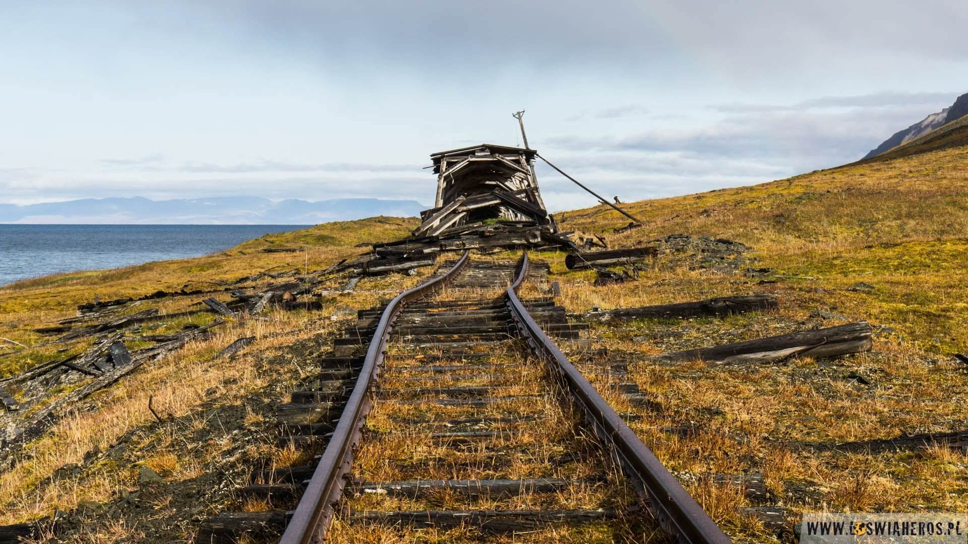 Opuszczone miejsca zwykle rozbierane są przez ludzi, ale tam nie ma nikogo. Największym wyzwaniem dla budynków jest wiatr, który potrafi duć niemiłosiernie. Na zdjęciu stara linia węglowa, którą jeździły wagoniki z kopalni do przystani, którą widać na zdjęciu wyżej.