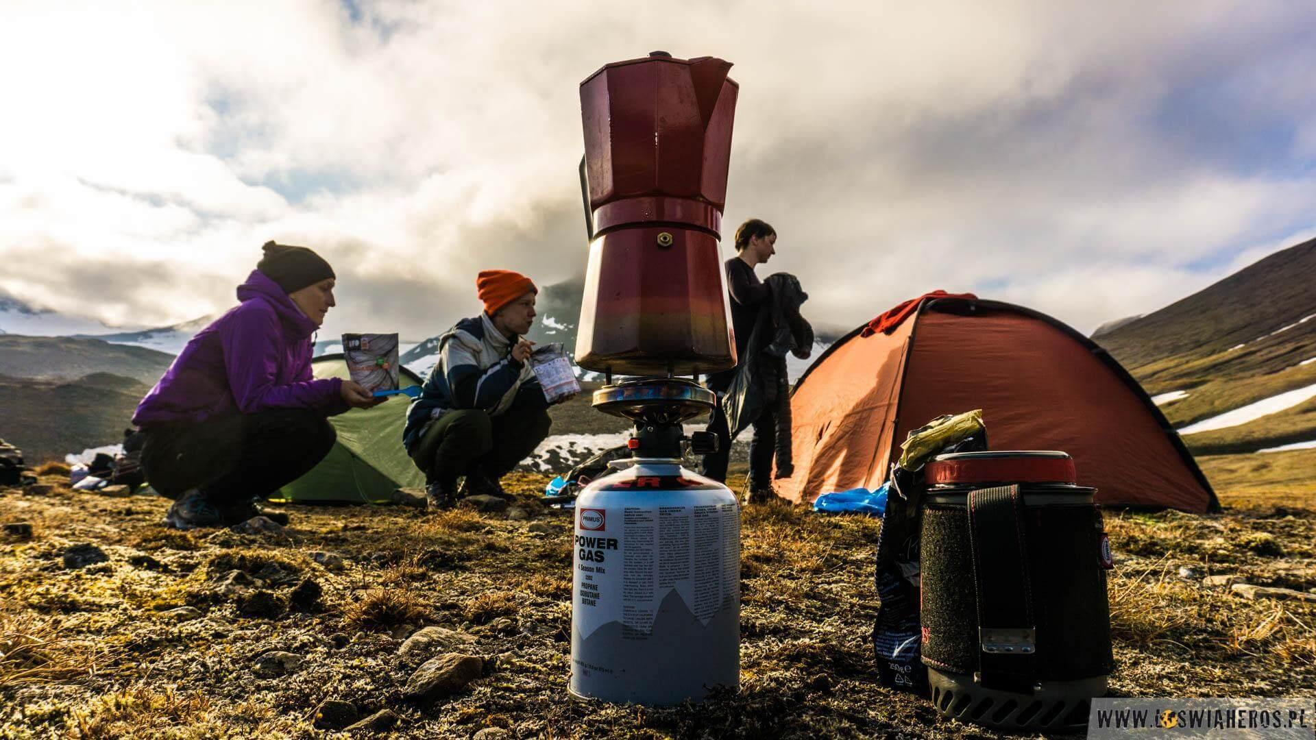 """A jeśli mowa o przyjemnościach, to nie może zabraknąć kawy. Liliana taszczyła w plecaku """"poranną chwilę przyjemności"""", która już za chwilę rozpyli ten charakterystyczny zapach... nawet na Spitsbergenie, gdzieś głęboko w tundrze."""