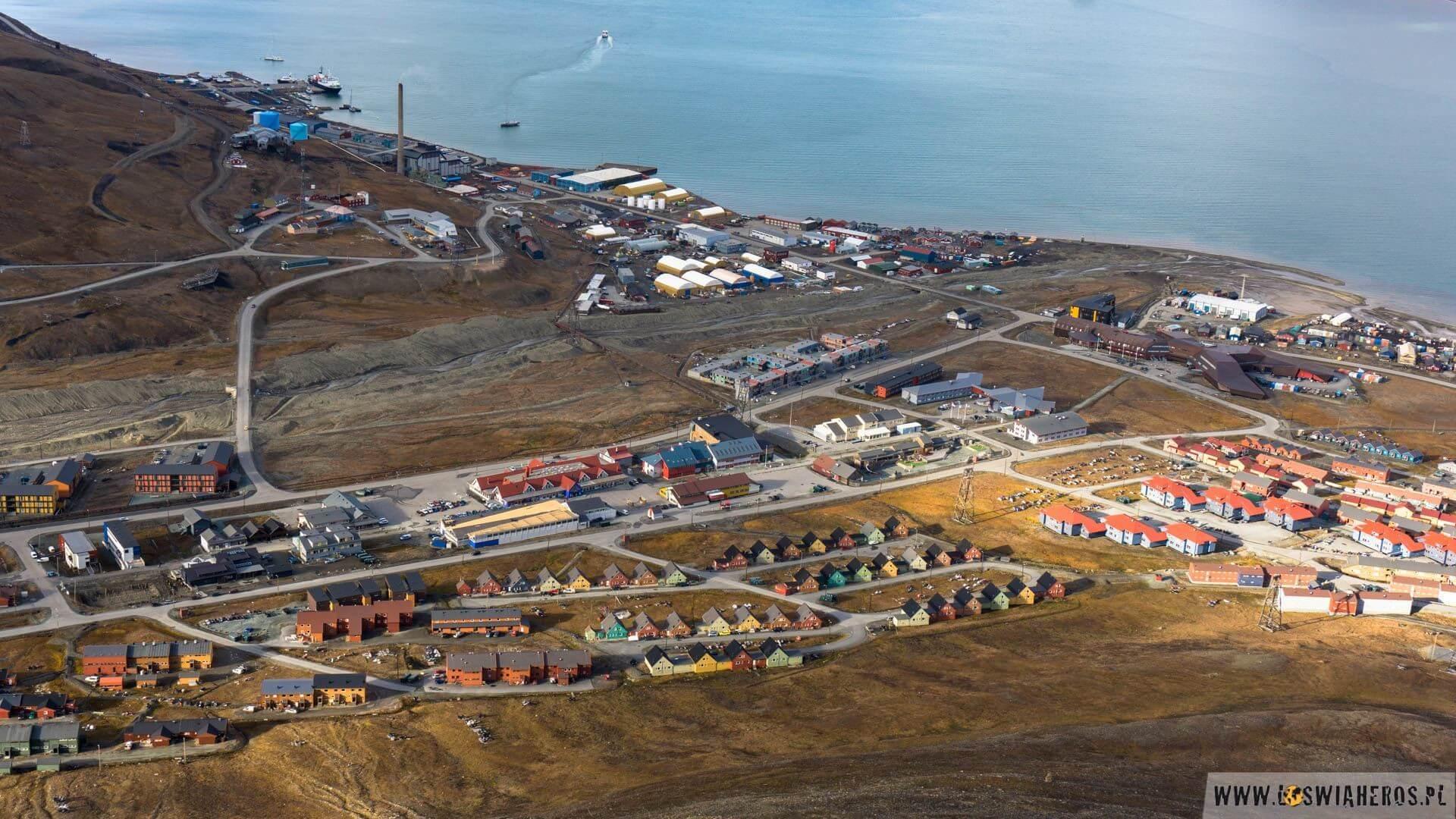 Longyearbyean - największa osada na Spitsbergenie, bo ja jednak mam poważny problem, aby nazywać to miastem. Mogę zgodzić się na wioskę, bo trochę kojarzy mi się z jakąś norweską wioską, a szczególnie ta dzielnica domków jednorodzinnych na dole zdjęcia. Urokliwa jest - nie da się ukryć.