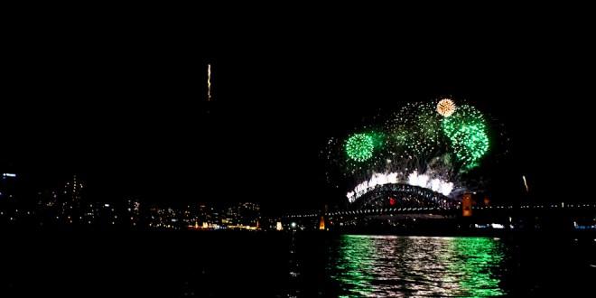 Pokaz sztucznych ogni nad    Harbor Bridge.