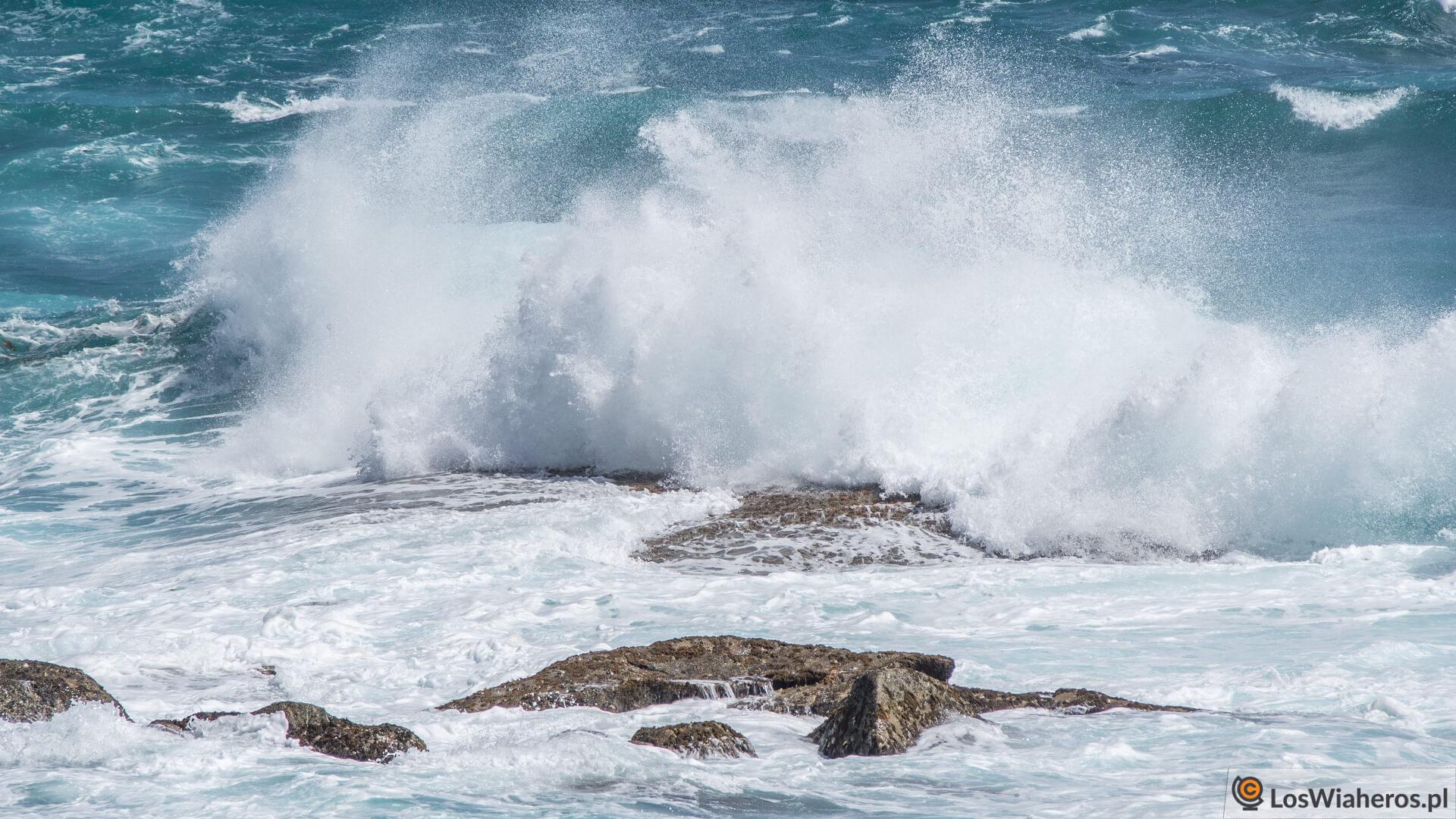 Niesamowite fale, które co rusz rozbijają się o skały chroniące dostępu do Greens Pool.