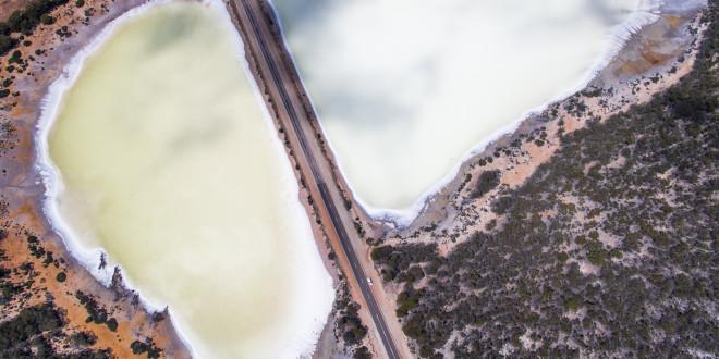 Słone jezioro przedzielone drogą niedaleko Kalgoorlie, Australia Zachodnia