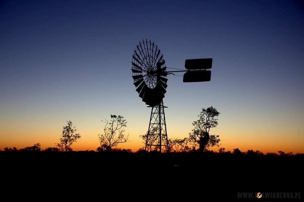 Kolejny klasyk - wiatrak o zachodzie słońca.