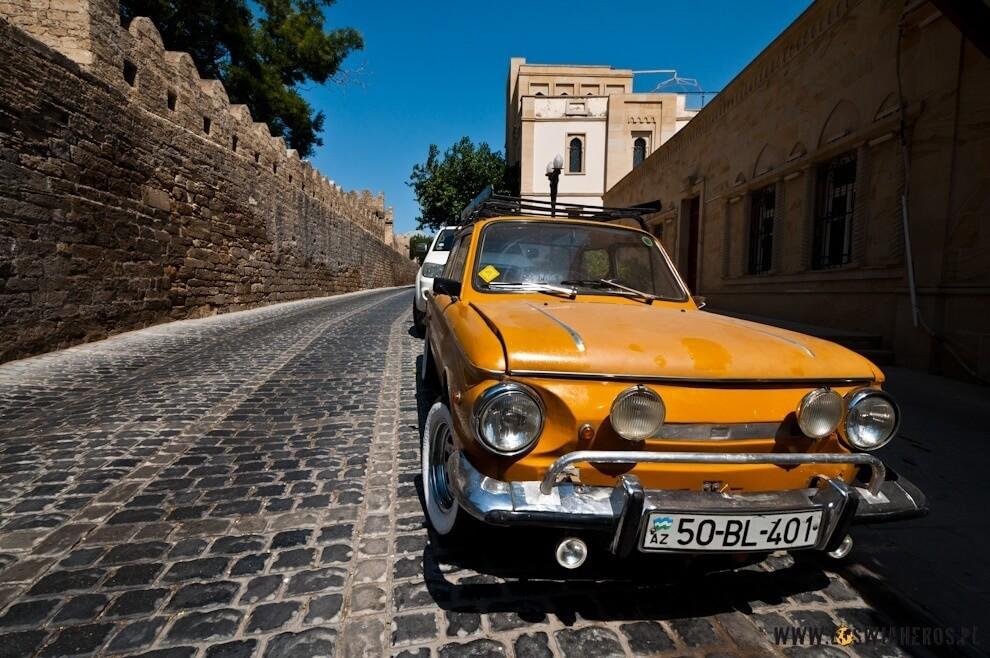 Stare samochody nastarym mieście wBaku, Azerbejdżan.