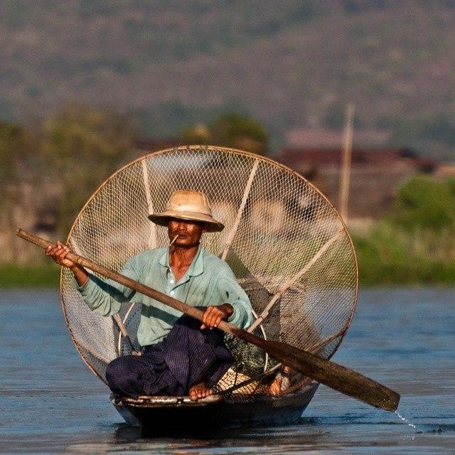 Są różne teorie na niszczony przez turystykę świat,  komrcjalizację miejsc i atrakcji. Nie wiem, czy się zgodzić, ale jestem zdania, że nie powinno się rezygnować z odwiedzania tzw. Must See, tylko dlatego, że tam tłoczno. Można albo o innej porze dnia niż tłumy, można gdzieś z boku, można gdzieś głębiej się zapuścić i jednak zobaczyć tak piękne miejsce jak np. #Inle Lake w #Birma. Co myślicie? Kurde no będąc tam 3 lata temu wiem, że dziś z perspektywy czasu, jednak bym żałował, gdybym tego jeziora nie dotknął i nie pobujał się na jego falach. Obiecany dawno temu wpis a proposal Birmybw końcu jest na blogu. #Myanmar #Burma #Nyangshwe #lake #fisherman #podróże #Asia #Azja #rybak #turystyka