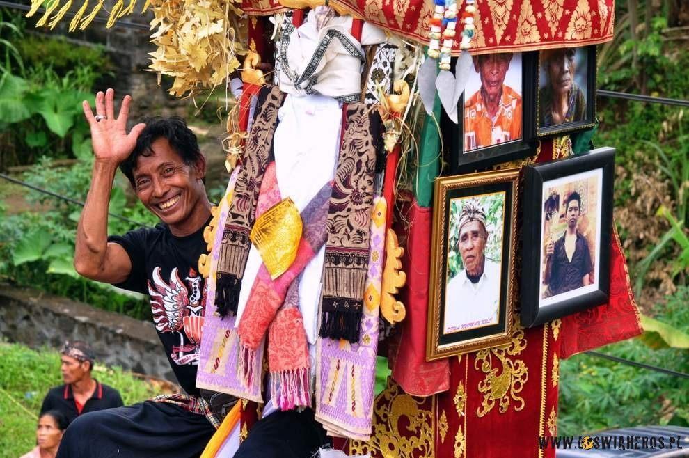 Ostatnie poprawki tuż przed kremacją zwłok, Bali.