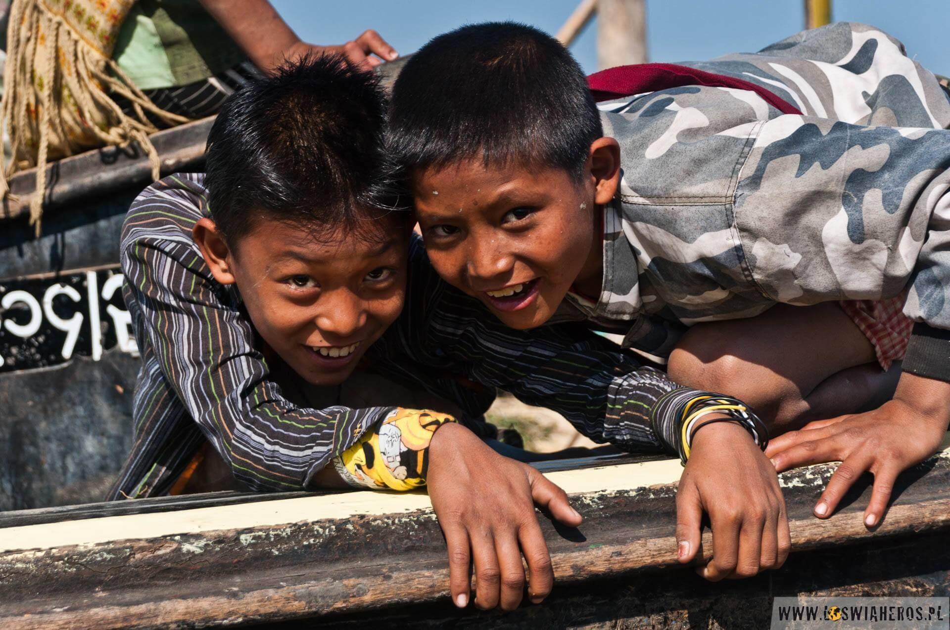 Wartę natakich łodziach zwykle sprawują dzieci, które oczywiście się nudzą.