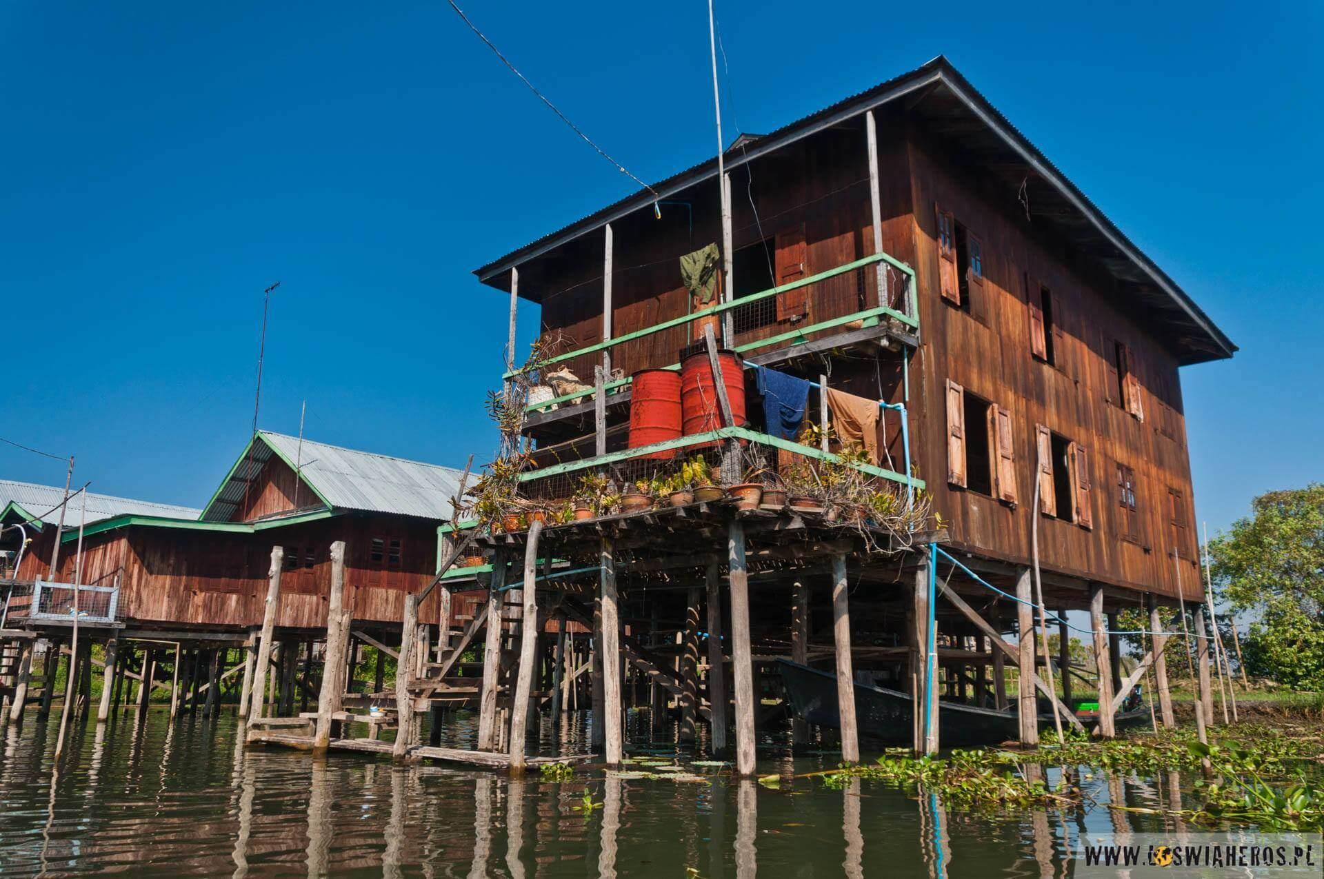 Domy napalach – nieodłączny krajobraz Jeziora Inle.