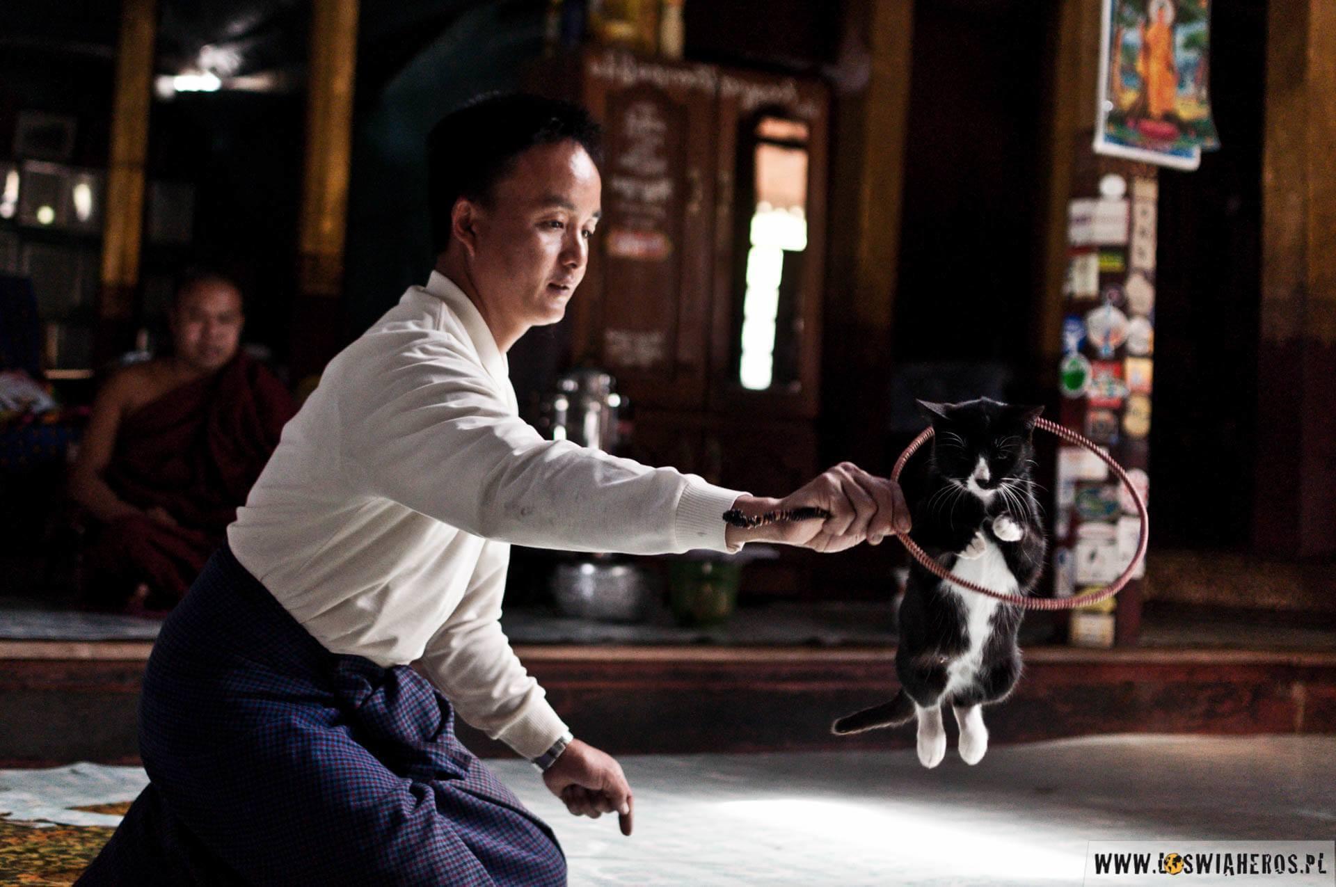 """Świątynia Nga Phe Kyaung, czyli dawna """"świątynia skaczących kotów"""""""