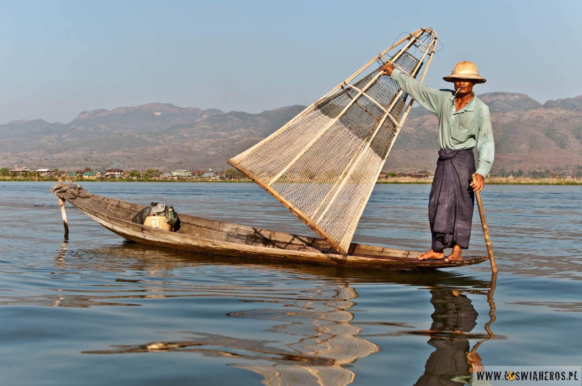 Słynne ujęcie rybaka wkapeluszu trzymającego sieć.