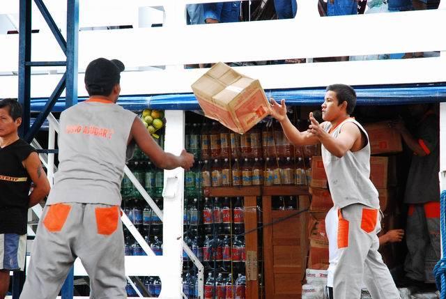 Rozładowywanie ładunku wjakiejś wiosce przy Amazonce.