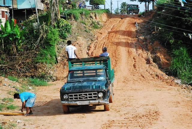 Kolumbijczycy nastarym pick'upie.