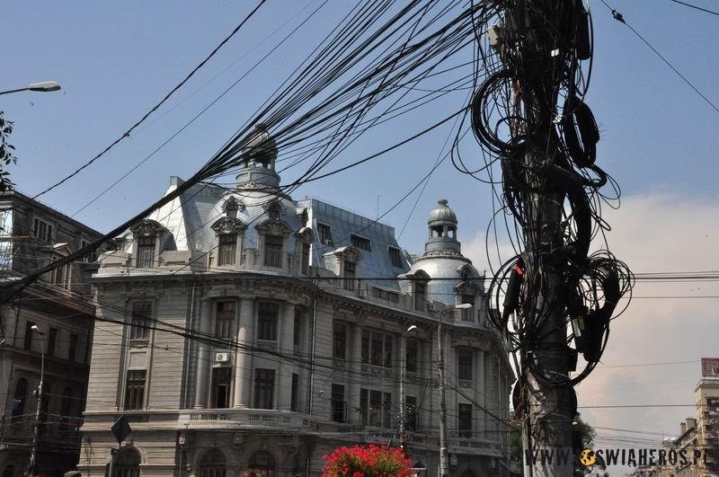 Słupy i linie energetyczne w Bukareszcie powalają