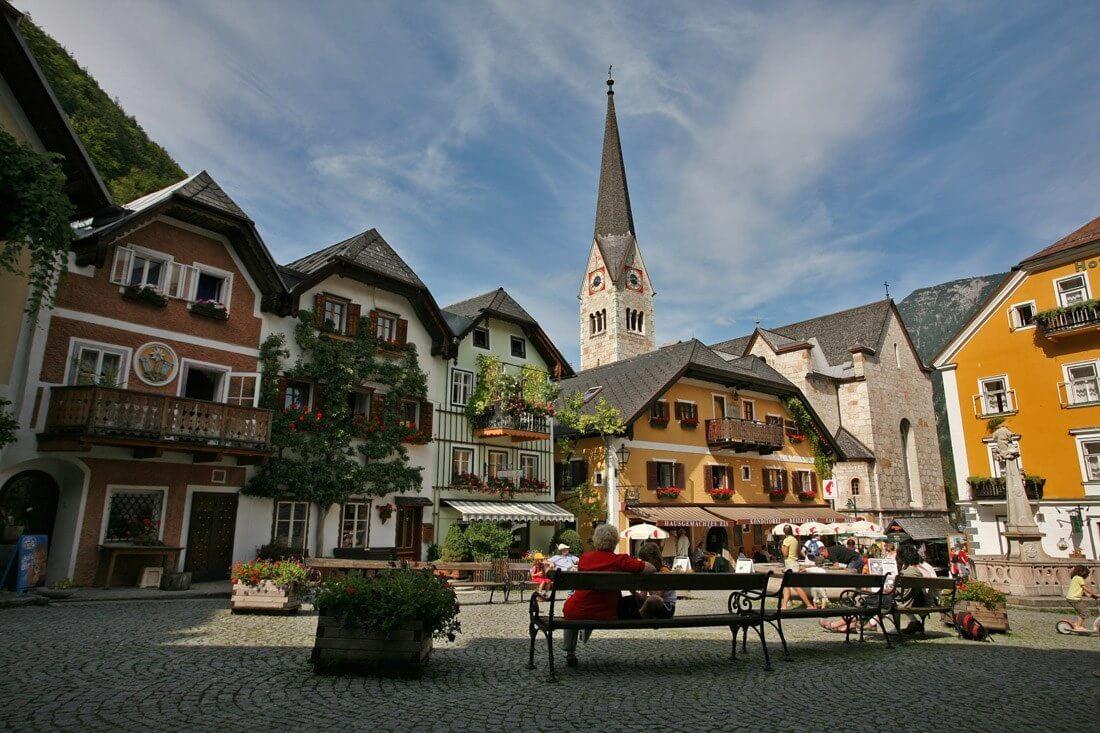 Austriacki Hallstatt wAustrii. Żródło: http://shortfinal.org/pics/2007EuroTrip/gallery2/pages/Marktplatz%20in%20Hallstatt%20%20(Austria).htm