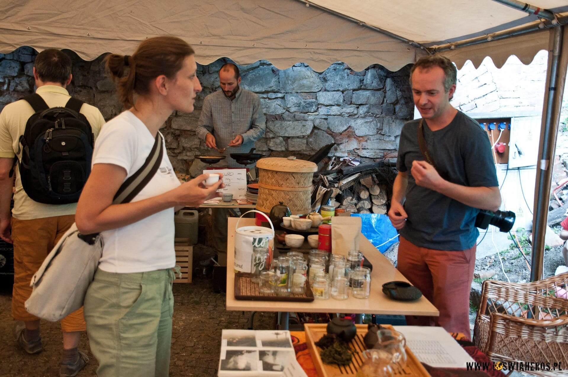 Alicja degustuje herbatę przygotowaną przezPiotra [f/3.5, 22mm]