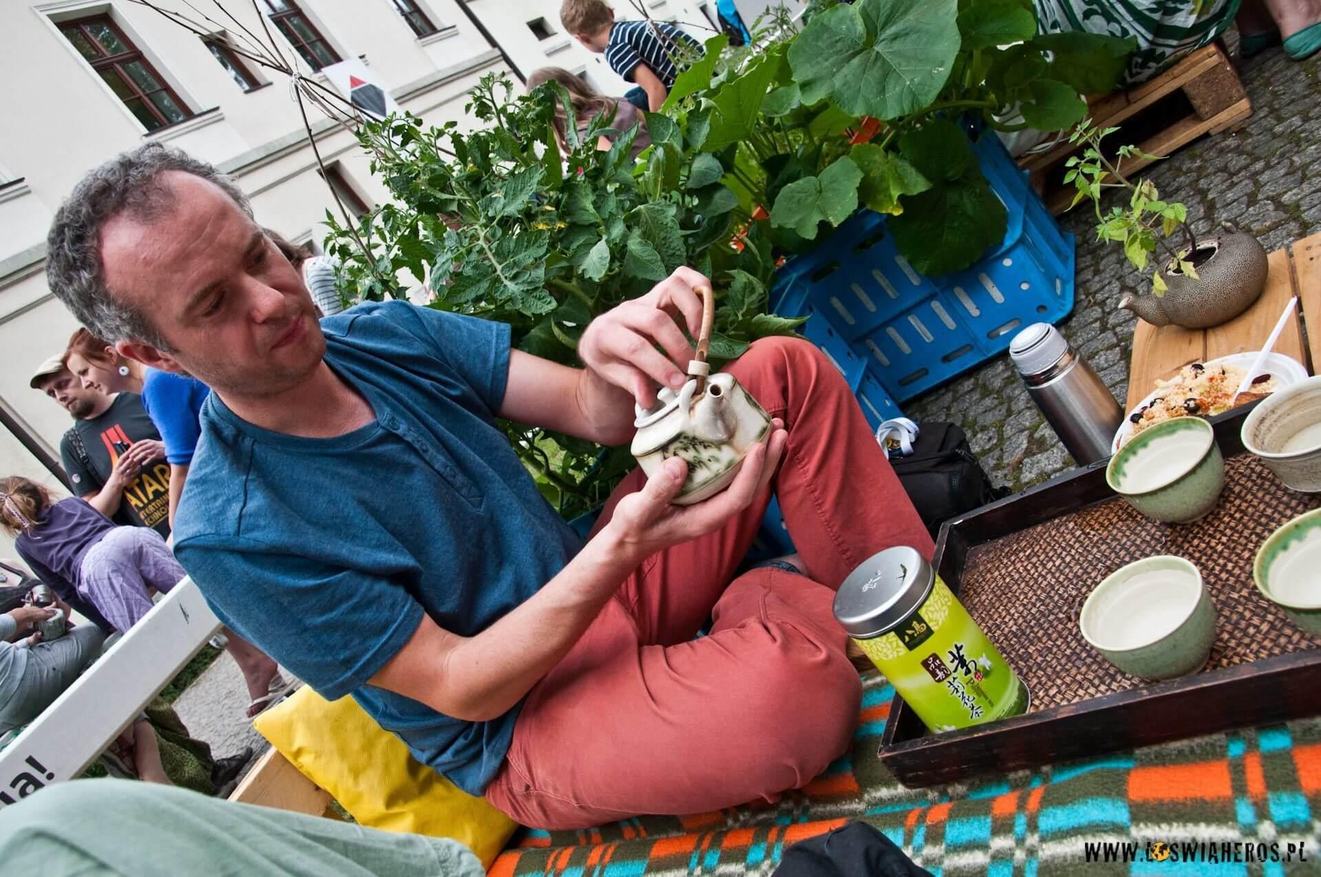 Piotr, współorganizator Święta Herbaty parzy właśnie indyjskiego darjeelinga [f/7.1, 16mm]