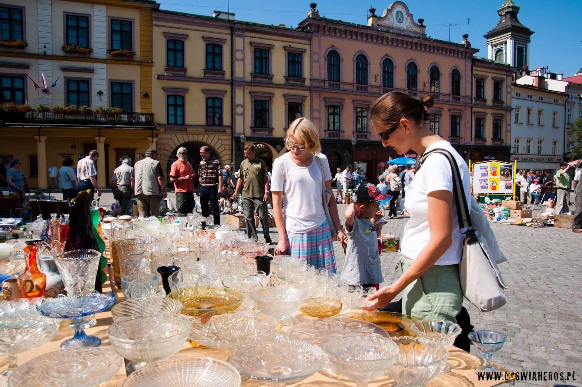 Robi się niebezpiecznie - Alicja coraz poważniej zaczyna oglądać porcelanę na pchlim targu w Cieszynie. [f/8, 16mm]