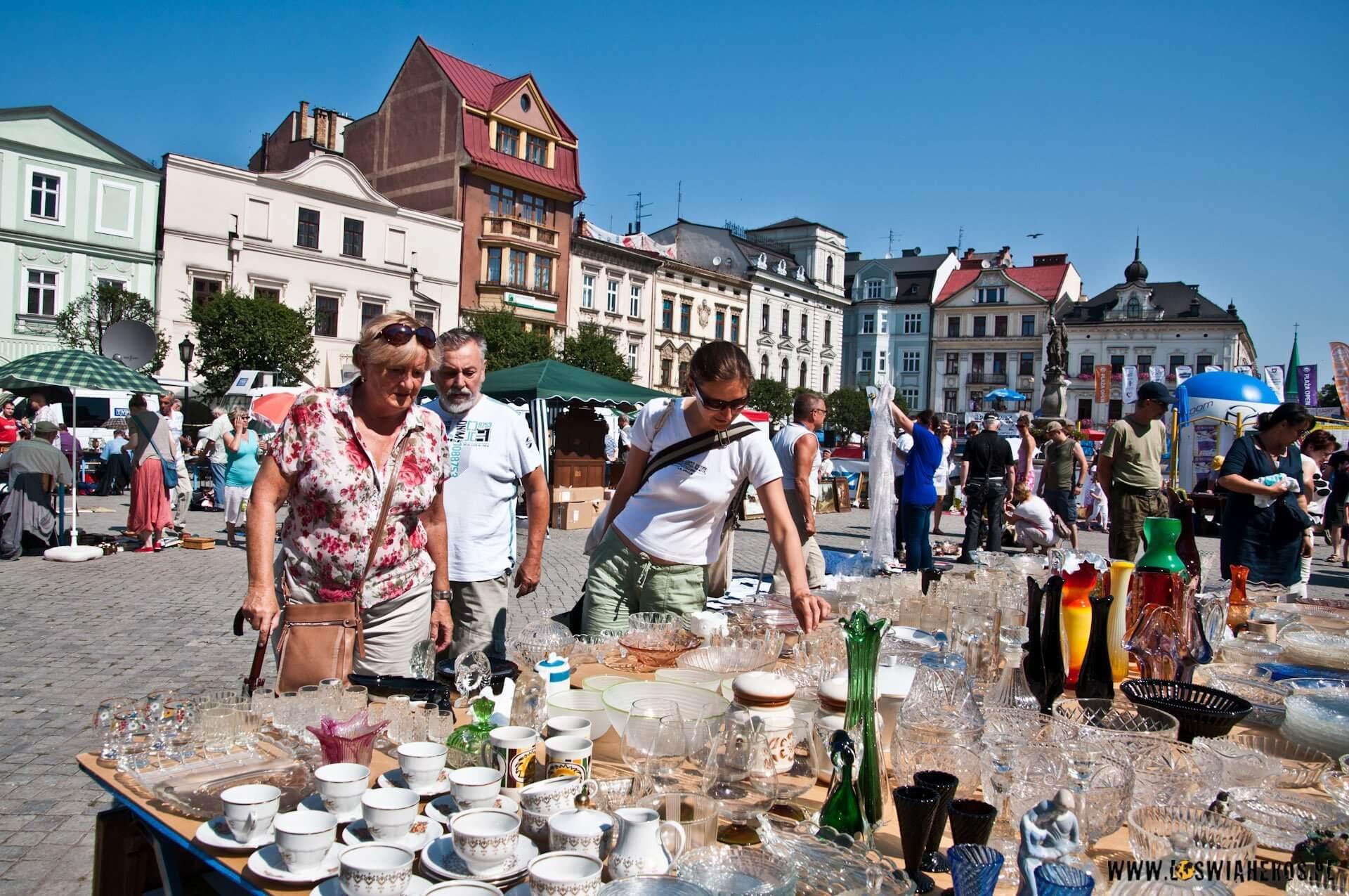Niedzielny pchli targ na rynku w Cieszynie [f/8, 16mm]