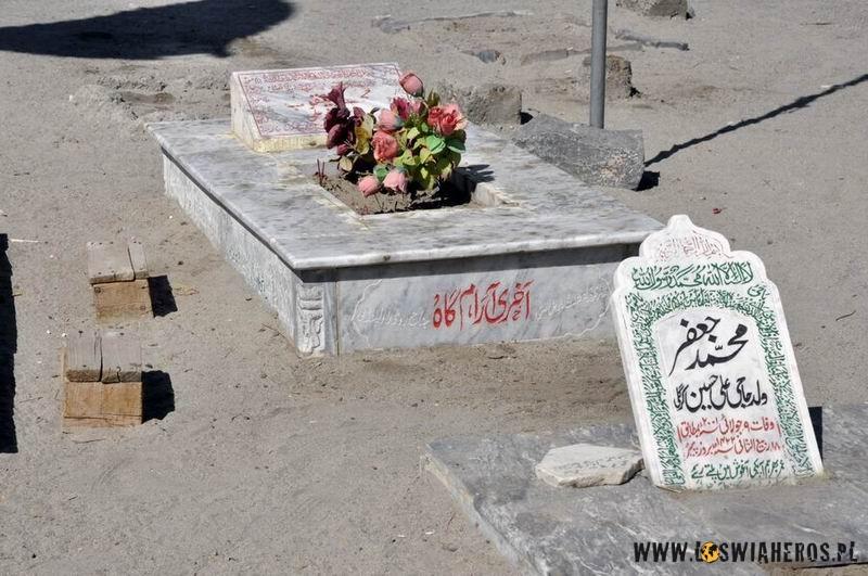 Cmentarz przy meczecie Noorbakhashi Jamia wSkardu