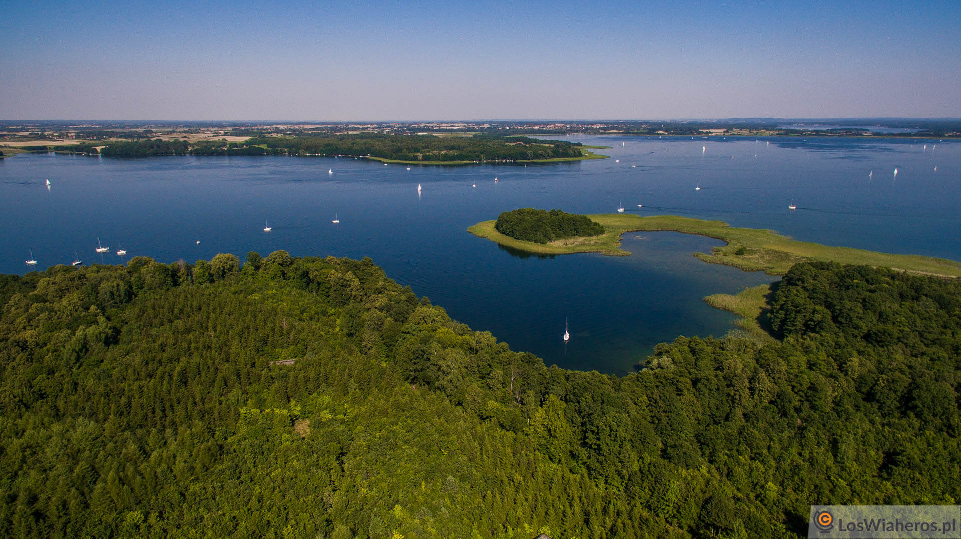 Postrzępiony brzeg Jeziora Mamry widziany odmiejscowości Mamerki.