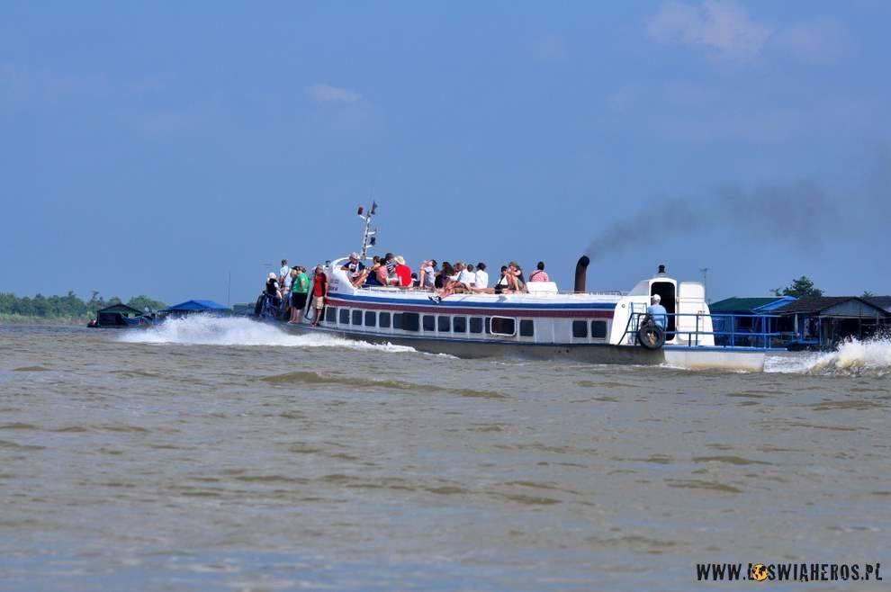 Turyści pędzący speed-boat'em doSiem Reap.