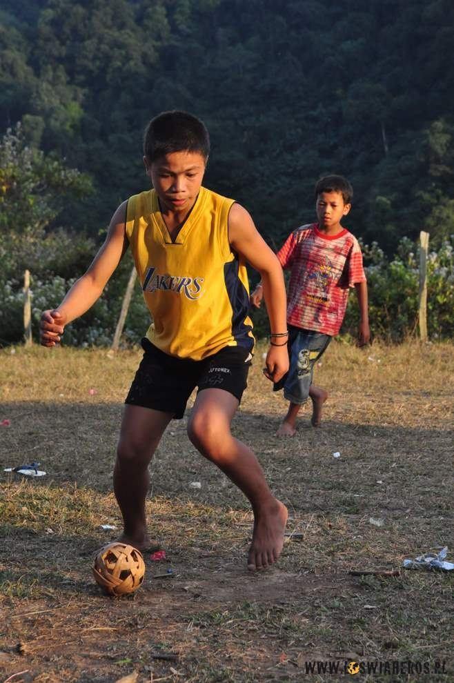Laotańskie dzieciaki grające ratanową piłką.