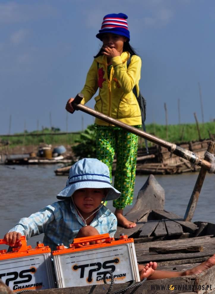 Tutaj nawet małe dzieci, bezrodziców pływają same łodziami…