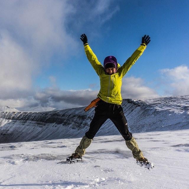 Wędrowanie po zasypanym śniegiem lodowcy wymaga raków. a radość z pierwszego śniegu w tym roku jest taka sama Polsce czy na Arktyce! #Spitsbergen #Svalbard #Arctic #Svalbard2014