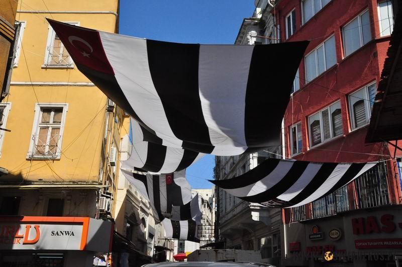 Flagi Besiktasu Stambul powiewajace nad ulicami miasta