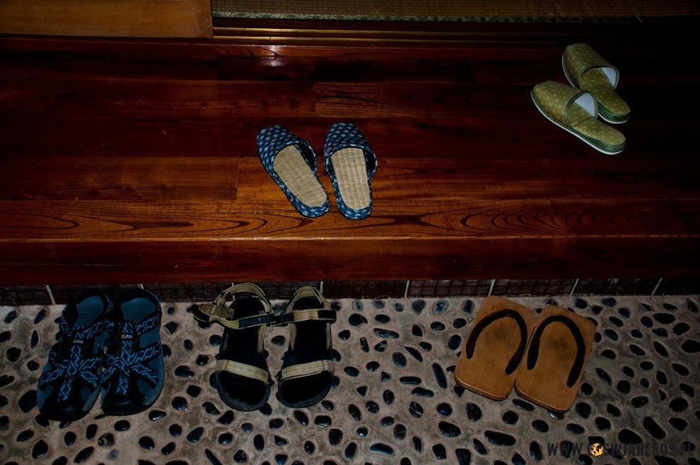 Genkan - miejsce, gdzie zostawiamy buty.