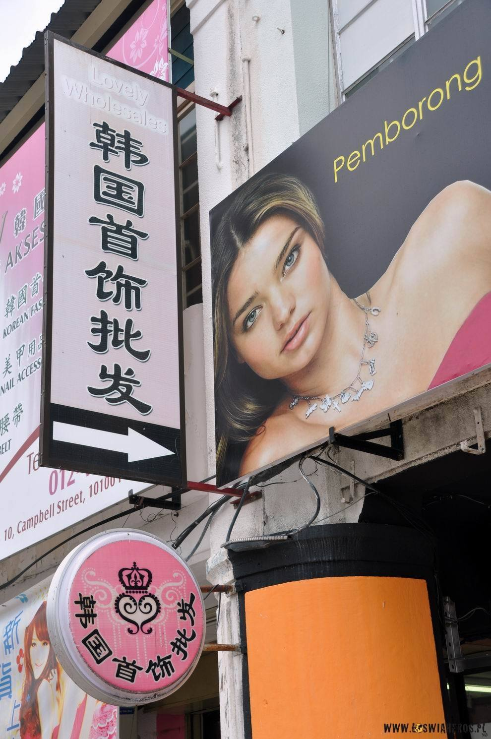 Chinskie znaki, aindyjskie twarze.