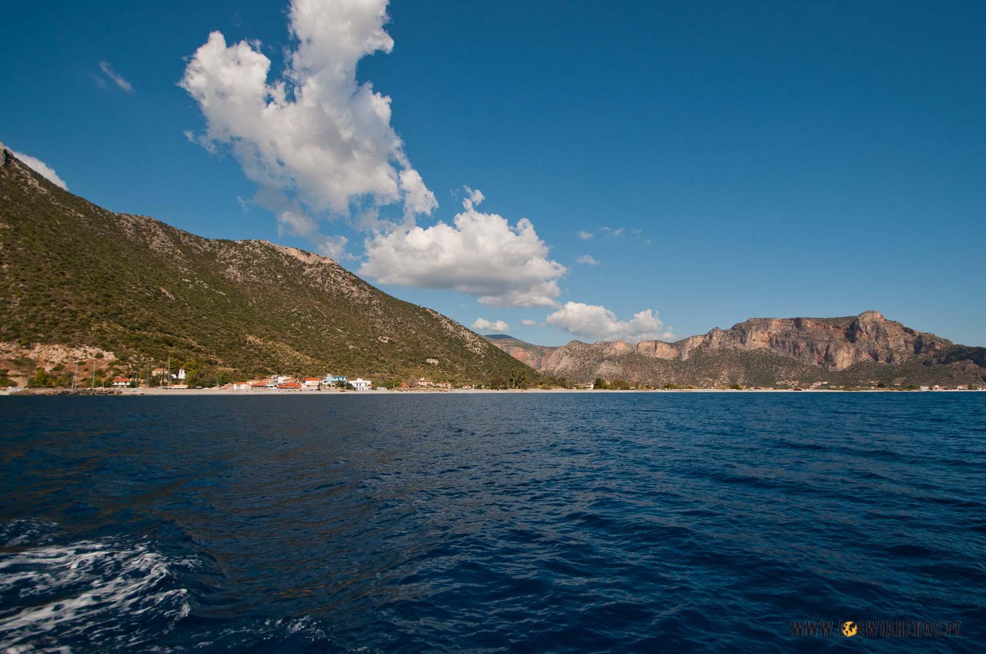 Grecka wyspa zpokładu jachtu wygląda intrygująco